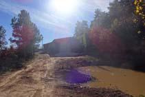 La pista llega a un pequeño estanque y a las granjas Billot.