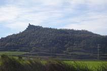 A la derecha ya vemos la colina del Castellvell.