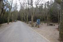 La calle nos lleva hasta el punto de Información de los Espacios Naturales Protegidos del Solsonès. Giramos a la derecha.
