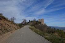 Una pista asfaltada nos acerca al Castellvell.