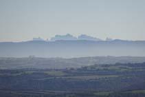 Vistas a Montserrat desde uno de los miradores del castillo.
