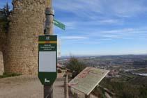 Una señal vertical nos indica el camino que baja hacia Solsona.