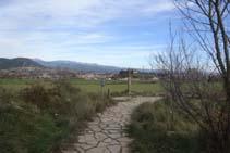 El sendero, empedrado en este tramo, nos lleva hasta la Creu del Castellvell. Nosotros giramos a la izquierda.