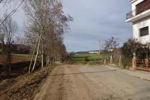 La calle termina y la pista de tierra continúa remontando el río Negre.