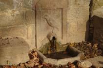El cuervo esculpido en la fuente del Corb.