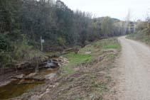 Seguimos por la pista río arriba.