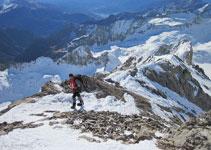 Subiendo por la cresta meridional, la ruta más practicable para subir al Posets.