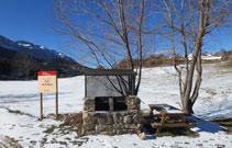 Zona de barbacoa con unas mesas para pasar un buen día en la montaña.