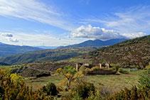 La casa en ruinas de Sant Quintí. A lo lejos se ve el pueblo de Lles de Cerdanya.