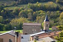 El campanario de la iglesia de Sant Esteve, en el núcleo antiguo de Prullans.