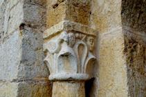 Detalle de uno de los capiteles de la puerta.
