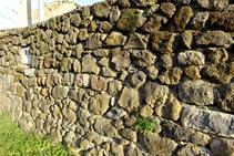 Pared de piedra seca con roca volcánica.