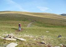 Numerosos hitos de piedras nos marcan el camino, aunque este ya es bien claro.