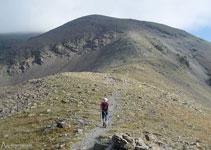 La cima que tenemos delante no es propiamente la cima del Puigmal, ésta queda escondida justo detrás, bien cerca.