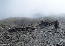 Cerca de la cima hay numerosos vivacs para refugiarse del frío y del viento.