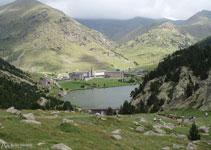 El Valle de Nuria se encuentra en un espacio privilegiado situado a 2.000m de altitud sobre el nivel del mar y está rodeado de montañas que superan los 2.800m: Puigmal, Segre, Finestrelles, Noufonts, Noucreus,...