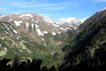 Vistas de la cabecera del río Duran, con la redondeada cima del Bony Manyer.