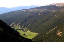 Vistas al Pla de Campllong al fondo del valle.