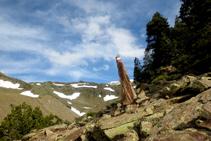 Una piedra puesta en vertical, como si se tratara de un menhir, nos señaliza el itinerario.