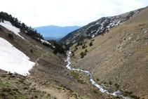Mirada atrás para observar el gran valle de la Cerdaña, al fondo, y las montañas de la sierra del Moixeró.