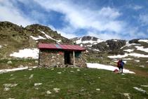 Refugio libre de Engorgs, un buen punto de descanso y de cobijo en caso de mal tiempo.
