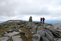 Una gran hito de piedras nos indica que ya hemos llegado a la cima del Puigpedrós.