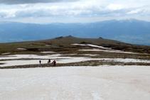 Bajamos de la cima en dirección a las Molleres del Puigpedrós.