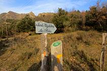 Señal indicativa del camino a Santa Magdalena y las Olletes.