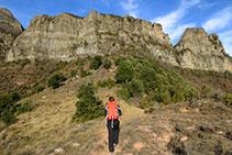 Subimos por la cresta con el risco de Santa Magdalena y las antenas enfrente.