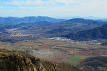 Vistas de Olot, Les Preses y la Mallol, con el paisaje volcánico que rodea la cubeta de Olot.