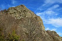 El risco del Puig dels Llops se alza sobre el camino.