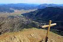 Vista desde la cima sobre la Vall d´en Bas.