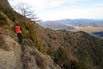 Recorriendo los acantilados de Santa Magdalena por la vertiente meridional.