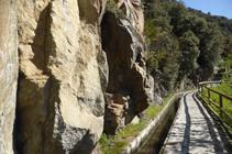Rocas de granodiorita al lado del camino.