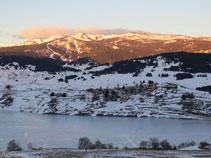 Vistas del lago y el pueblo de Puyvalador