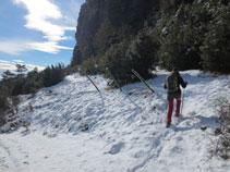 Giramos a la izquierda por el sendero que va por el pie de la Roca de Canalda