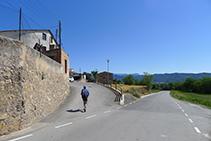 Dejamos la carretera atrás y subimos hacia el vecindario del Roser.