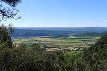 Vistas de los campos de Peramola, la llanura de Oliana y la cola del pantano de Rialb desde el Grau de Puerta.