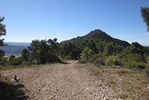 Mirada atrás: pista de la izquierda hacia el Roc de Cogul (al fondo).