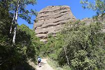 Llegando a la base de la Roca del Corb.