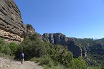 Rodeamos la Roca del Corb en sentido antihorario (la Roca nos queda a nuestra izquierda en todo momento).