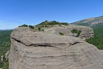 La meseta de la Roca del Corb (O) desde la Agulla del Corb.