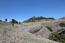 Caminamos por la meseta de la Roca del Corb en dirección a su pequeña cima (al fondo).