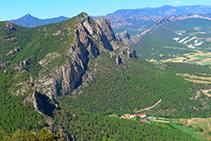 Roc de Rombau y hotel Can Boix de Peramola desde el Roc de Cogul.