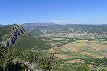Vistas de Oliana desde el Roc de Cogul. Al fondo, sierra del Port del Comte.