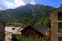 Pueblo de Senet. Casas antiguas de piedra y madera.