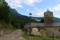 Iglesia del pueblo, con el barranco de la Esbornada al fondo.