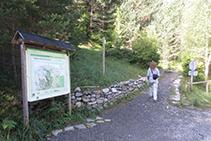 Tomamos el camino que comienza frente a la caseta de información del Parque.