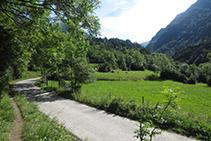 El sendero avanza unos metros por el lado de la pista.