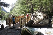 Puente de madera que cruza el río.